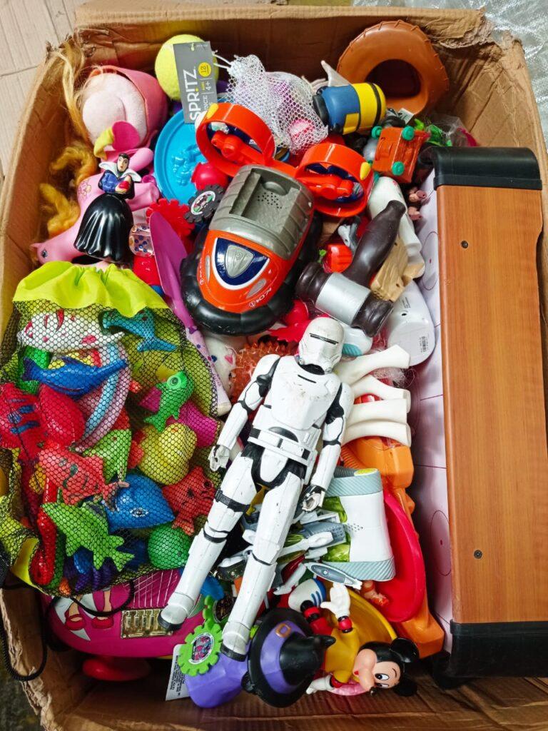 juguetes ingleses en una caja y vistos desde arriba